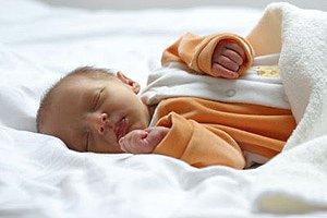 Neugeborenes schlaeft