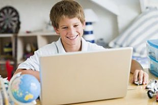 Junge spielt Laptop