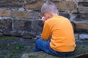 Junge traurig Mauer