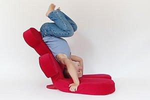 Kind turnt auf Sessel panther N Effinger