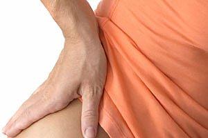 Frau mit Rueckenschmerzen DAK