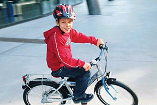 Kind erstes Fahrrad