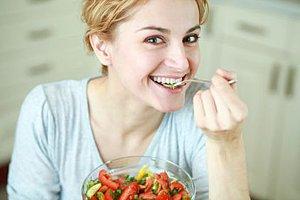 Frau isst Rohkost
