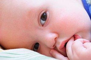 Baby Finger in Mund und Nase
