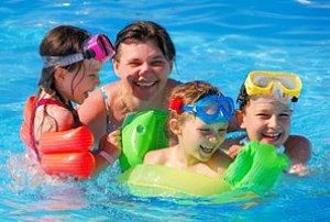 Mutter Kinder schwimmen