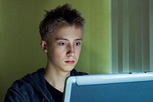 Jugendlicher Internet ernst
