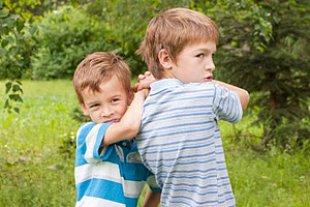 zwei Jungs raufen