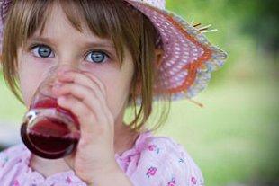 Kind trinkt roten Saft