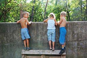 Kinder ohne Aufsicht Mauer