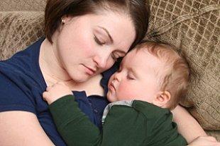 Mutter Baby erschöpft