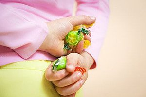 Kind klaut Bonbons