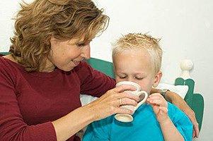 Mutter krankes Kind trinken