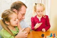 Mädchen Familie Mensch-ärgere-Dich-nicht Spiel