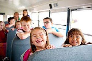 Kinder im Schulbus