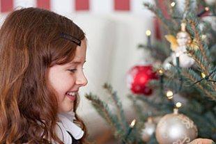 Maedchen Weihnachtsbaum Beleuchtung