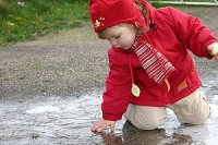 Kleinkind Winter Eis Pfütze