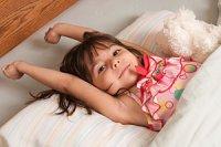 Kinder Wachstum - Ein Kind streckt sich im Bett