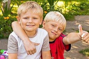 zwei Jungen Garten Freunde