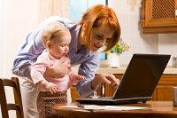 Mutter Baby vor Laptop