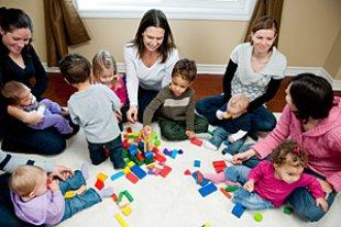 Gruppe Mütter Kinder spielen
