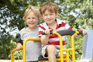 Zwei Jungen Freunde Spielplatz