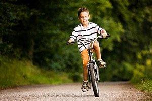 Junge auf Fahrrad unsicher