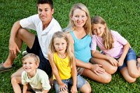 Familie auf Wiese