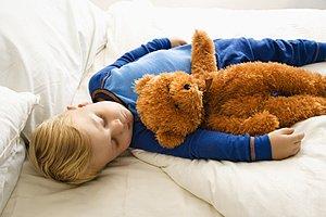Junge schlafend Teddy