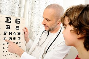 Junge Untersurchung Augenarzt