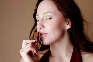 Frau Schokolade glücklich