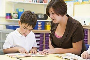 Kind lernt lesen