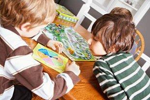 Kinder spielen und lernen
