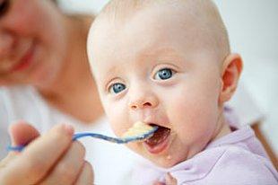 Baby wird mit Brei gefüttert