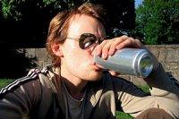 Junge Bierdose trinken