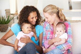 Freundinnen mit Babys