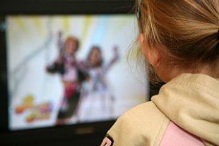 Mädchen Fernseher Werbung