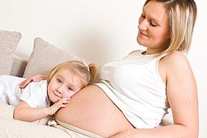 Schwangere zweites Kind Sofa
