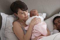 Mutter traurig mit Baby