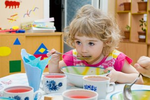Mädchen Essen Kindergarten