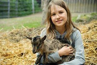 Mädchen mit kleiner Ziege