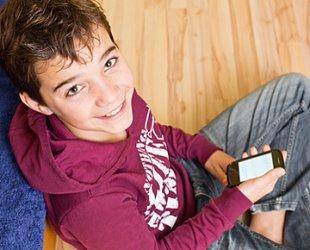 Junge sitzend mit Handy
