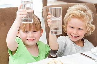 Junge und Mädchen Wasser trinken