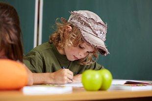 Schüler im Klassenzimmer, Äpfel