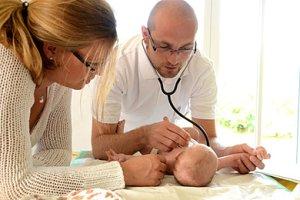 Baby Arzt Untersuchung