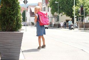 Mädchen Schulweg alleine