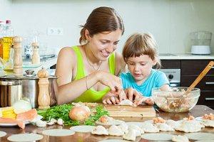 Kind hilft Mutter beim Backen