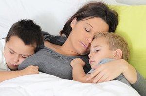 Mutter schlafend Söhne