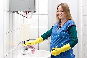 schwangere Frau putzt Waschraum