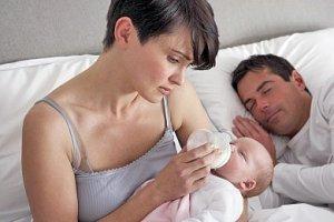 Mutter erschöpft Baby Bett