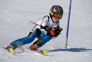 Kind beim Skirennen